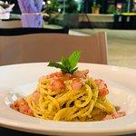 Spaghetti monograno con pesto di pistacchio e gamberi