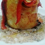 Rollatina di pollo farcita con peperoni cotti alla brace su salsa di pane di segale