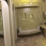 Damen- Toilette: Waschraum mit stylischen Waschbecken