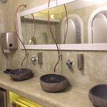 Waschbecken mit außergewöhnlichen Wasserhähnen