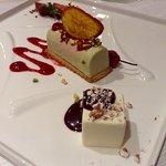 Cremoso al pistacchio con cuore di lamponi su biscotto croccante e cubotto al cioccolato bianco