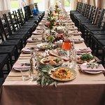Внутри, за одним длинным столом легко разместились 40 гостей