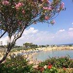 Crystal Springs Beach Hotel: Strand, Wasser glasklar