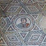 mosaico geometrico con busto