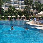 非常不错的酒店  我们选择了淡季来  因为价格比旺季便宜一半.酒店非常大 多个游泳池  步行2分钟就是私人海滩 早餐很好多选择 唯一有点遗憾 每天晚餐没什么改变 甜点太多 刚来特别好吃  不过