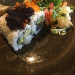"""nside Out-Roll Sushi """"Hotategai"""": mit Jakobsmuscheln, Avocado und Tobiko"""