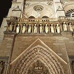 Perspective sur la tour gauche illuminée