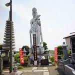 大小、たくさんの仏像が建てられています