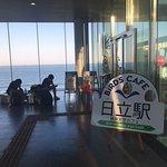 改札口を出て、右側にあるBiRDS CAFE。大海原を見ることができるカフェです。