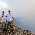 Au bord du cratère du volcan Telica avec Yannick