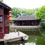 左手の赤い壁=『閙紅一舸』。中国庭園でよく見かける『船を模した』建物です。桃源郷へと主人&客人を運んでくれる船です。
