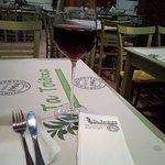 ένα ποτήρι κρασί ροζέ, ό,τι πρέπει για συνοδεία των καταπληκτικών γεύσεων!!!