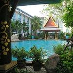 สระว่ายน้ำของทางโรงแรมจะอยู่ที่ชั้นสอง ร่มรื่นด้วยต้นไม้นานาพันธุ์ ครับ