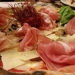 pizza parmigiana (il nido è di peperoncino croccante) con aggiunta di crudo di parma