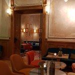 La salle du bar, annexe éventuelle de la salle de restaurant toujours bondée
