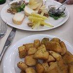 piatto di formaggi e patate al forno
