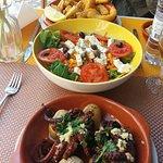 Pulpo a la plancha, ensalada griega y choco frito. Todo con guarnición