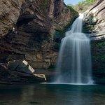 Vista de la cascada, con efecto seda en el agua, se aprecia el agujero a la izquierda de la imag