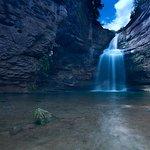 Vista de la cascada, con efecto seda en el agua, y la poza