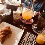 Café da manhã - suco natural, chá vermelho intenso, croissants e madeleines