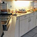 Das umfangreiche Frühstücksbuffet bietet Kaffeespezialitäten in Selbstbedienung