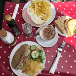 Ham, egg & chips with bread & butter & cappuccino. Salad pitta (no falafel available!) & crisps.