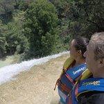 Frente a la cascada de 40m admirando el paisaje y el vuelo de las golondrinas
