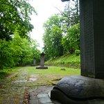 広い範囲に歴代藩主のお墓が並んでいます