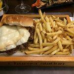 Hamburger deluxe con provola e patate