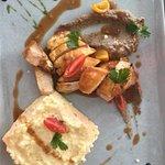 Poulet sauce épicée, polenta aux herbes et caviar d aubergine.