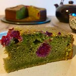 Who can resist this beautiful matcha cheesecake with raspberries?