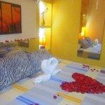 Habitaciones matrimoniales con decoración romántica en cama king size