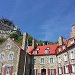 Château et funiculaire au loin