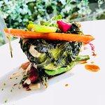 Lubina, lechuga de mar y miniverduras thai