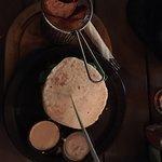 Mechada de Cabrito en pan churasca acompañado de papas rústicas y salsas de ajo chilote y merkén