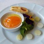 Caviar perlita (caché sous la fleur) jaune d'oeuf basse température et perles de fenouil