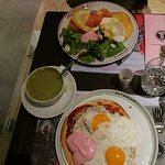 πανω πιατο με σολωμο, αριστερα ροφημα και κατω πιατο πιτσα με αυγα