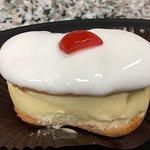 Pasta tradizionale versione gelato alla crema, copertura morbida e ciliegina candita...