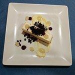 Mousse de chocolate blanco y caramelo, crema de limón y tierra de cacao
