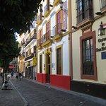 Calle Daoiz y fachada del hotel