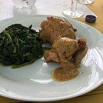 Cosce di pollo ripiene con bietole saltate