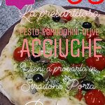 PIZZA AL PESTO BIOLOGICO, POMODORINI, OLIVE E ACCIUGHE