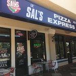 Lugar muy limpio, fácil acceso desde la 95 si vas hacia orlando , la pizza es de pasó , la atenc