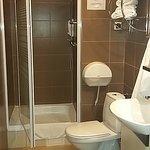 Wygodna łazienka z dużym brodzikiem, pojemnikami z szamponem i mydłem oraz zainstalowaną suszark