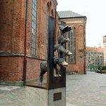 Памятник бременским музыкантам напротив входа в отель