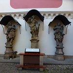 Святой Иуда Фаддей с ангелами во дворике храма