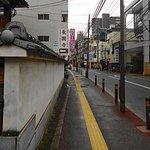上人橋通りの雰囲気(写真左手は長円寺の塀)