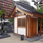 栄姫の霊廟(扉には黒田家と保科家の家紋)