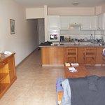 Wohnbereich, aber Küchenzeile nur minimalistisch ausgestattet und abgenutzt