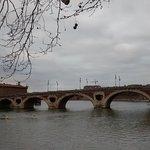 Puente con cielo cubierto